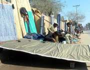ملتان: حسن پروانہ روڈ پر سڑک کے کنارے روایتی پردے تیار کرنے والے مزدور۔