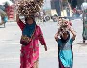 ملتان: ایک خانہ بدوش خاتون اپنی بیٹی کے ساتھ گھریلو استعمال کے لئے سر ..