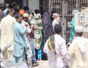 کراچی: تین دن بنک بند رہنے کے بعد کھلنے پر چا کپواڑہ برانچ  پر شہریوں ..
