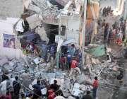 کراچی، نیو کراچی کے علاقے میں دھماکے کا نشانہ بننے والے گھر میں امدادی ..