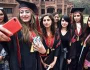 لاہور: کنیرڈ کالج فار ویمن یونیورسٹی کے 83 ویں کانووکیشن کے دوران طلبہ ..
