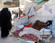 کراچی: ٹراما سنٹر کے سامنے فٹ پاتھ پر لوگ سو رہے ہیں