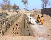 ملتان: مزدور مقامی بھٹے پر کچی اینٹوں کی تیاری میں مصروف ہیں۔