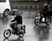 راولپنڈی: بارش سے بچنے کیلئے موٹرسائیکل سوار نے چھتری تان رکھی ہے۔