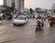 کراچی : بارش کے باعث نرسری فلائی اوور کے قریب بارش کا پانی تالاب کا منظر ..