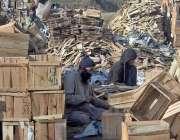 راولپنڈی: پیروادای کے علاقے میں مزدور اپنے کام کی جگہ پر لکڑی کے خانے ..