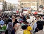 حیدرآباد: بڑی تعداد میں شہری فقیر کا پیڑھ کے علاقے میں سبزیاں اور دیگر ..