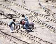 لاڑکانہ: رحمت پور کے قریب ریلوے پٹریوں پر خطرناک طریقے سے موٹرسائیکل ..