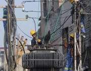 راولپنڈی، واپڈا اہلکار برقی لائنوں کی مرمت کے کام میں مصروف ہیں۔