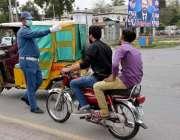 فیصل آباد، کورونا وائرس کے باعث لاک ڈائون کے بعد ڈبل سواری پر پابندی ..