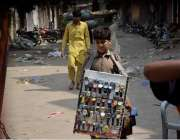 لاہور: ایک محنت کش بچہ گھڑیاں فروخت کررہا ہے۔