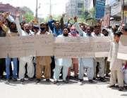 حیدرآباد: چوڑی مزدور فیکٹری مالکان کی طرف سے تنخواہیں نہ ملنے کے خلاف ..