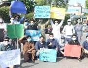 لاہور: نجی تعلیمی ادارے کے طلبہ اپنے مطالبات کے حق میں پریس کلب کے باہر ..