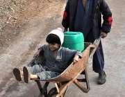اسلام آباد : دو بچے پانی بھرنے کے لئے ہاتھ ریڑھی پر جا رہے ہیں