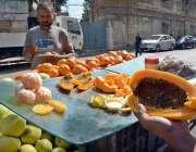 کراچی: ایک دکاندار جو اپنے سڑک کے کنارے  پر صارفین کو راغب کرنے کے لئے ..