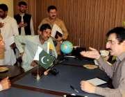 مظفرآباد: آزادکشمیر کے وزیر اطلاعات راجہ مشتاق احمد منہاس اپنے چیمبر ..