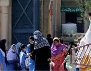 راولپنڈی: چھٹی کے بعد طالبات اپنے والدین کے ہمراہ گھروں کو جارہی ہیں۔