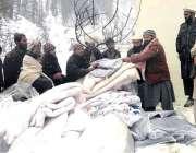 شاردہ: سابق امیدوار اسمبلی مولانا محمد الطاف بٹ متاثرین برف باری میں ..