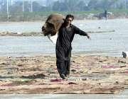 راولپنڈی: پیروادای کے قریب کھلے علاقے میں سوکھنے کے لئے ایک مزدور گیلی ..