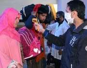 لاہور: ریلوے اسٹیشن پر مسافروں کو نو ٹچ انفراریڈ تھرمامیٹر کے ساتھ ..