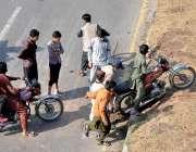 اسلام آباد، تحریک لبیک کے دھرنے کے باعث راستے بند ہونے کے سبب موٹرسائیکل ..