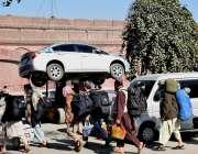 لاہور: ریلوے اسٹیشن کے باہرنو پارکنگ ایریا میں کھڑی گاڑی کولفٹر کے ..
