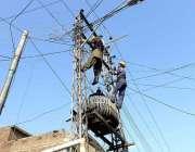 راولپنڈی: واپڈا عملہ کمیٹی چوک پر ٹرانسفارمر پر بجلی کی کیبلز کی خرابیاں ..