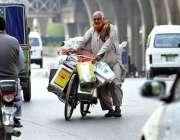 راولپنڈی: مری روڈ پر ایک بزرگ اپنی سائیکل کے ساتھ بھاری بھرکم مختلف ..