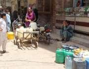 کراچی : نیا آباد میں پانی کی قلت کے باعث شہری دور دراز سے پانی بھر رہے ..