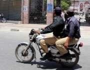 کراچی : موٹرسائیکل پرڈبل سواری کی خلاف ورزی کرتے ہوئے پولیس اہلکار ..