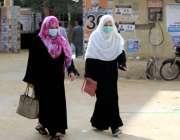 کراچی، خواتین کورونا ایس او پیز پر عملدرآمد کرتے ہوئے سٹی کورٹ جا رہی ..
