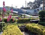 لاہور: چائنہ چوک میں نصب طیارے کے پاس کھلے پھول خوبصورت منظر پیش کررہے ..
