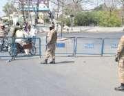 لاہور، کورونا وائرس کے باعث شہر میں لاک ڈائون کی وجہ سے پاک فوج کے جوانوں ..