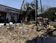 کراچی جہانگیر روڈ پر واقع کی یوٹلیٹی اسٹور کے سامنے جمع کچرا اور ملبے ..