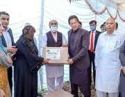 لاہور، وزیراعظم عمران خان گورنر ہائوس میں ایک تقریب کے دوران غریب خاتون ..
