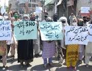 لاہور: سرحدی علاقہ باٹا پور کے رہائشی مقامی پولیس کے خلاف احتجاج کررہے ..