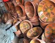 سرگودھا: ایک دکاندار گاہکوں کو راغب کرنے کے لئے مٹی سے بنی اشیاء کا ..
