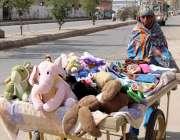 کراچی، خاندان کی کفالت کیلئے ایک خاتون ریڑھی پر بچوں کے کھلونے فروخت ..