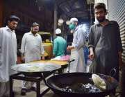 پشاور: ماہ رمضان المبارک کےدوران  فوارہ چوک پر ایک دکاندار حلوا پوڑی ..