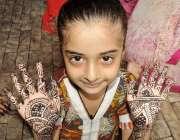 کراچی :عید کی تیاریوں میں مصروف ایک بچی مہندی لگانے کے بعد دکھارہی ہے۔