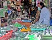 راولپنڈی: راجہ بازار میں دکانداروں نے 14 اگست کے حوالے سے سٹال سجارکھے ..