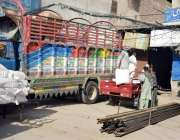 لاہور: سرکلر روڈ پرمزدور سامان لوڈ کر رہے ہیں۔