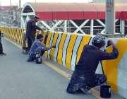 ملتان: جنرل بس اسٹینڈ روڈ کی سائیڈ دیوار پر مزدور پینٹ کر رہے ہیں