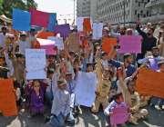 کراچی، این ٹی آر کالونی کے رہائشی پریس کلب کے سامنے اپنے مطالبات کے ..