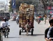 کراچی : محنت کش گدھا گاڑی پرفروٹ کی خالی پیٹیاں فروخت کیلئے لیجارہا ..