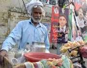 لاہور: ایک محنت کش کھانے پینے کی اشیاء فروخت کر رہا ہے