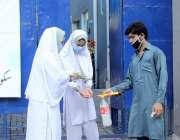 لاہور :سکول کا عملہ کرونا وائرس کی وجہ سے چھ ماہ کی بندش کے بعد سکول ..