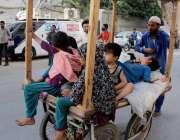 کراچی: لاک ڈوان کے باعث پبلک ٹرانسپورٹ نہ ہونے کے سبب ایک محنت کش اہلخانہ ..