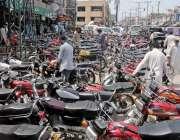 راولپنڈی: لاک ڈاون میں نرمی کے بعد باڑہ مارکیٹ کے باہر نو پارکنگ پر ..