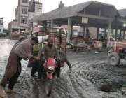 فیصل آباد: سبزی منڈی سدھار میں سٹرکوں کی ٹوٹ پھوٹ کے باعث کیچڑ میں پھنسے ..